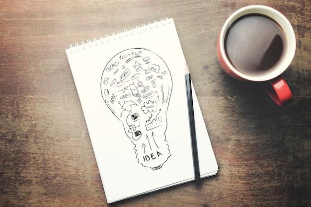 Notatnik, długopis i herbata na drewnianym stole