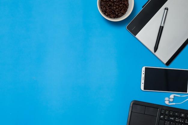 Notatnik długopis na myszy i kawa na kolorowym tle