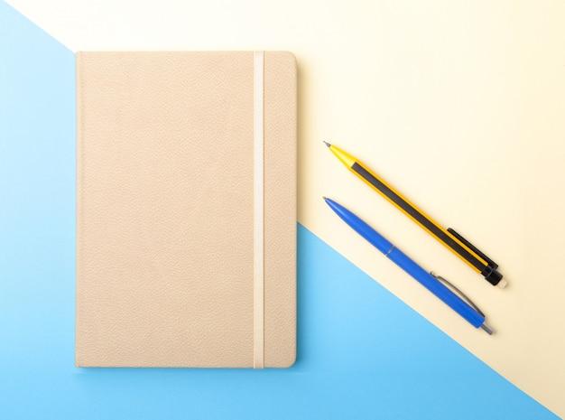Notatnik, długopis, ołówek i inne materiały biurowe.