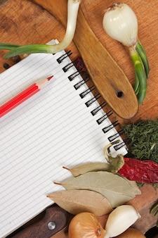 Notatnik do gotowania przepisów i przypraw na drewnianym stole