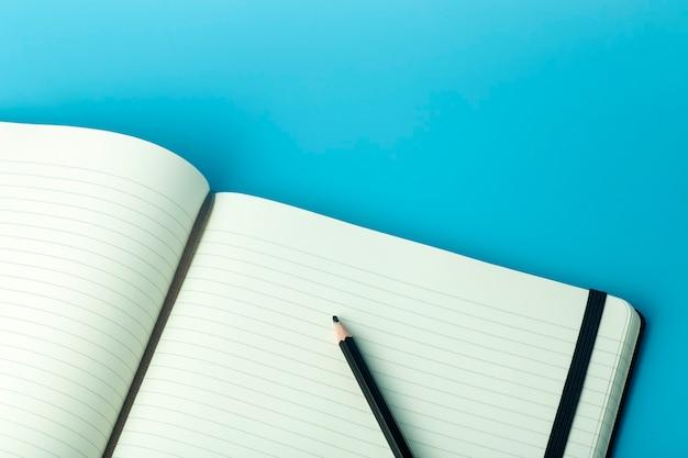 Notatnik do karteczek samoprzylepnych na pulpicie. pulpit biurowy, koncepcja zarządzania i synchronizacji.
