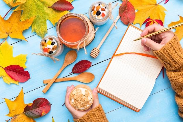 Notatnik do pisania na jesiennym stole.