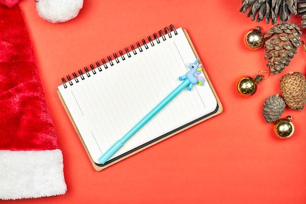 Notatnik dziecka. dziecko pisze list do świętego mikołaja. notatnik z bożym narodzeniem