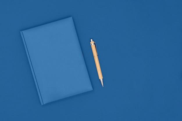 Notatnik i długopis w kolorze niebieskim. pomysł na biznes. widok z góry