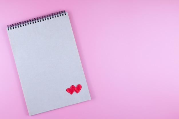 Notatnik i dwa serca. koncepcja walentynki i miłość