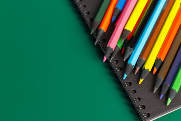 Notatnik i kolorowe kredki