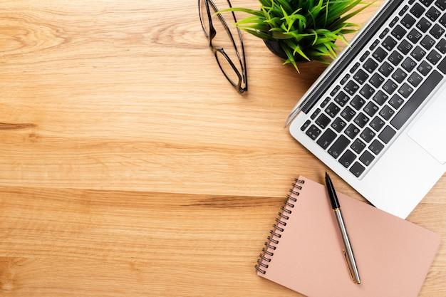 Notatnik i laptop na drewnianym stole