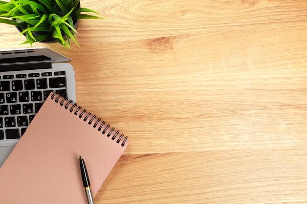 Notatnik i laptop na stół z drewna