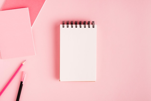 Notatnik i materiały biurowe na kolorowej powierzchni
