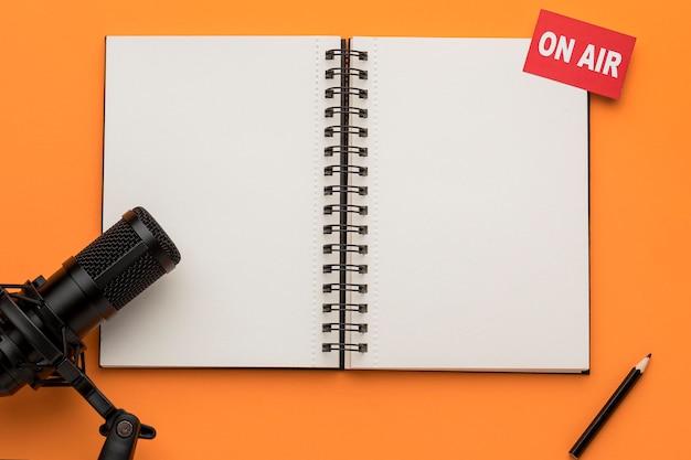 Notatnik i mikrofon z otwartą przestrzenią do kopiowania