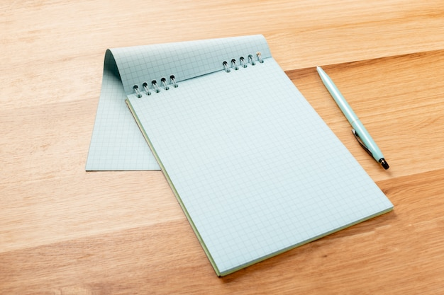 Notatnik i ołówki