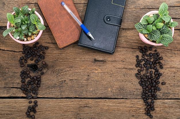 Notatnik i ziarna kawy na biurku