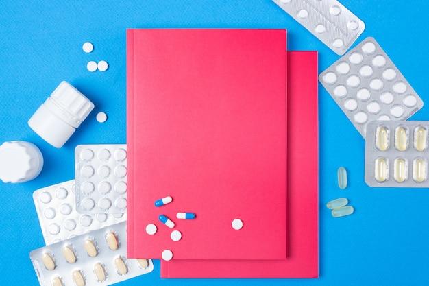 Notatnik lub pamiętnik z pustą okładką na niebieskim tle papieru.