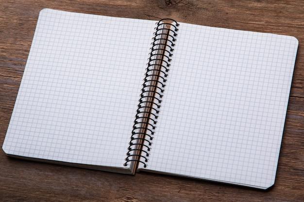 Notatnik na drewnianej powierzchni