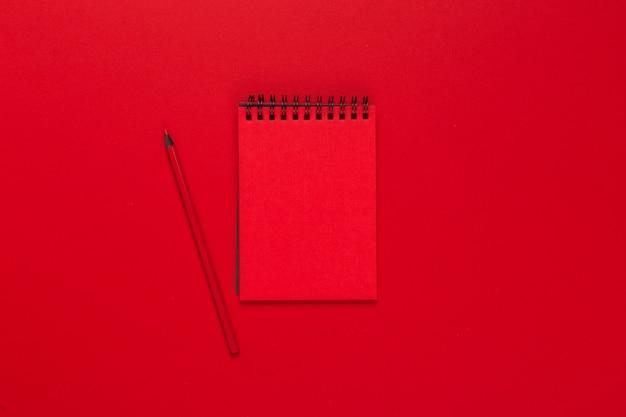 Notatnik na jasnym kolorowym tle, widok z góry