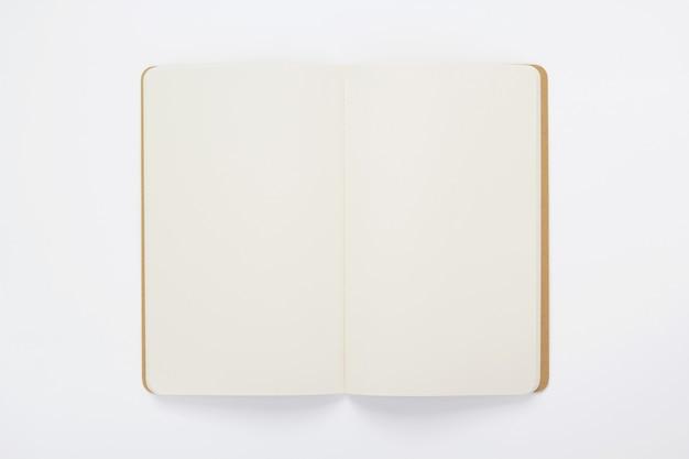 Notatnik na tle białego papieru