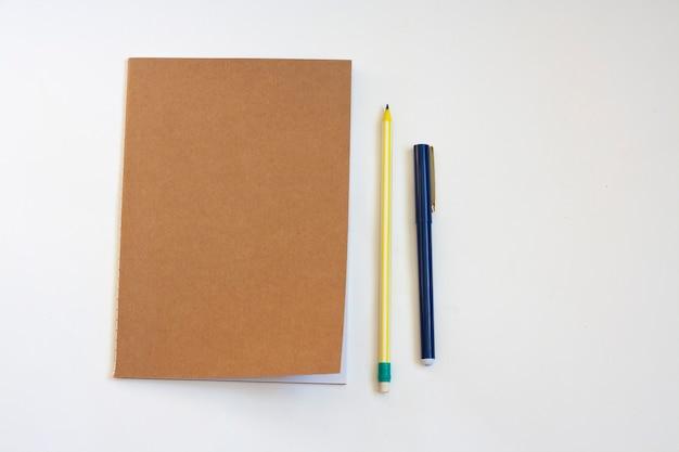 Notatnik, ołówek i długopis