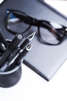 Notatnik, ołówek i okulary