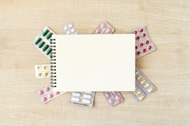 Notatnik papieru makiety w ramce różnych pęcherze z kapsułkami