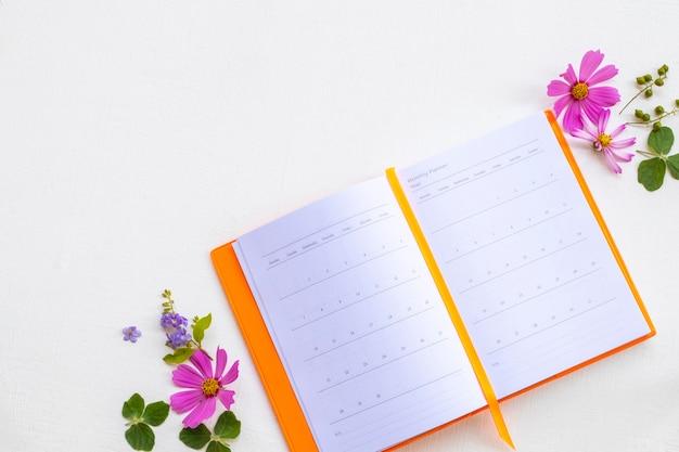 Notatnik planista z układaniem kwiatów w stylu płasko leżącym