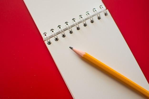 Notatnik spiralny na czerwono