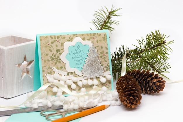 Notatnik tło kartka świąteczna i narzędzia z dekoracją