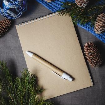 Notatnik w centrum świątecznych dekoracji
