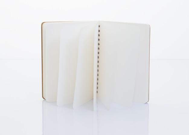 Notatnik wykonany z papieru makulaturowego