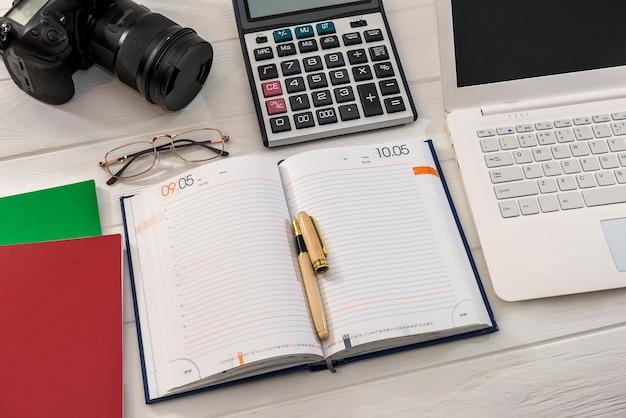 Notatnik z aparatem i laptopem na stole