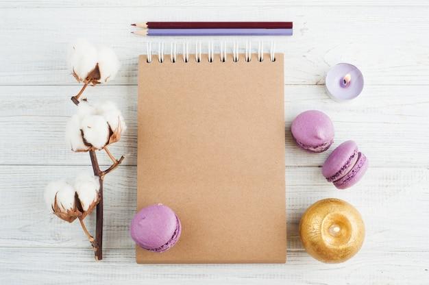 Notatnik z fioletowymi macarons