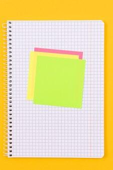 Notatnik z karteczkami samoprzylepnymi na żółtym stole