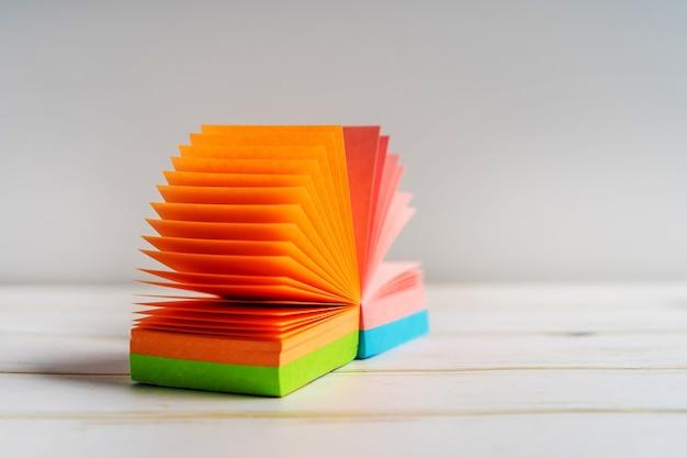 Notatnik z karteczkami samoprzylepnymi otwiera się jak papeteria kibica