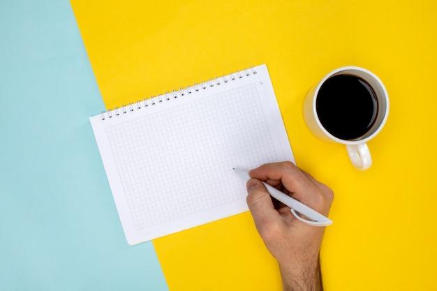 Notatnik z klawiaturą pióra i filiżanką kawy