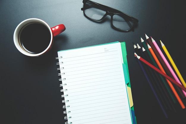 Notatnik z kolorowymi ołówkami