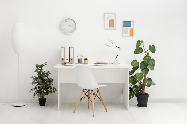 Notatnik z listą kontrolną na biurku