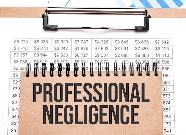 Notatnik z napisem professional negligence na wykresach i liczbach