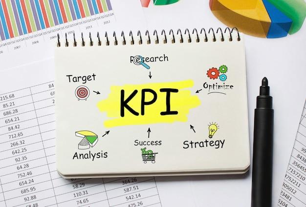 Notatnik z narzędziami i notatkami o kpi, koncepcja
