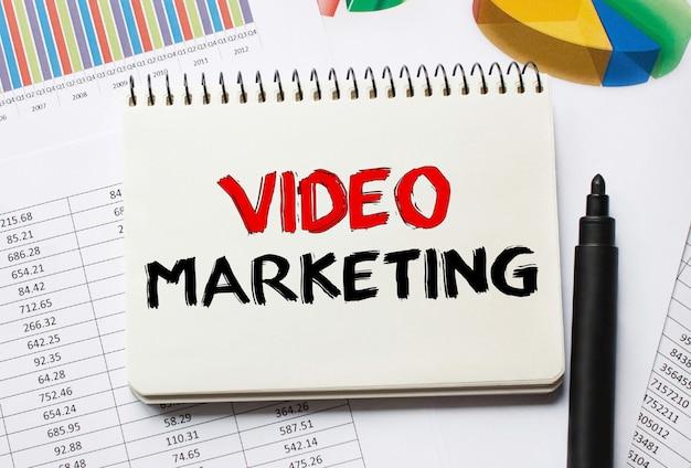 Notatnik z narzędziami i uwagami na temat marketingu wideo