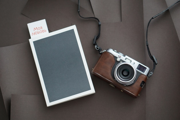 Notatnik z piórem i kamerą na białym tle odgórny widok.