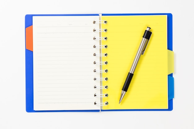 Notatnik z piórem na białym tle