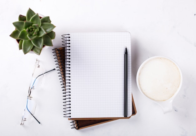 Notatnik z piórem, okulary, kawa, kwiat koncepcja biznesowa