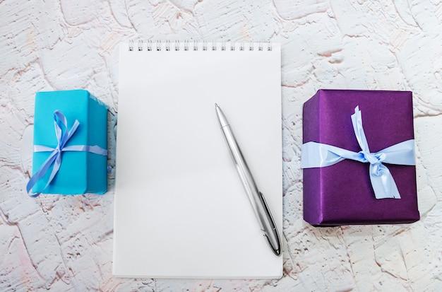 Notatnik z pudełkami prezentowymi
