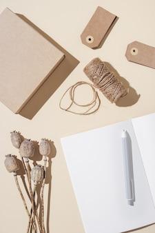 Notatnik z pustymi stronami i rzemieślniczym papierowym pudełkiem ozdobionym naturalną jesienną rośliną makową jesienną koncepcją