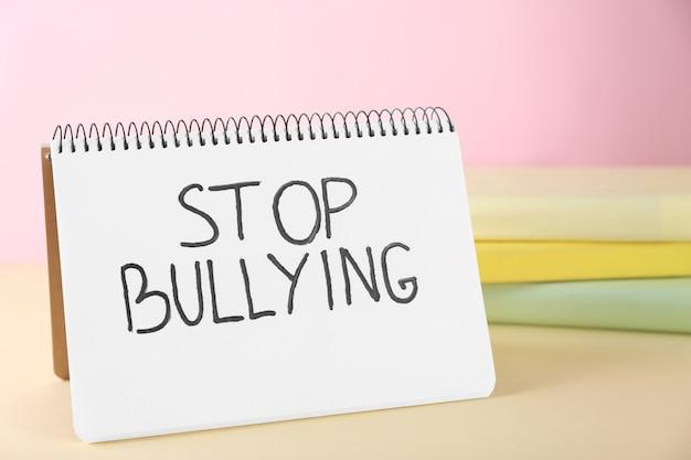 """Notatnik z tekstem """"stop bullying"""" na stole"""