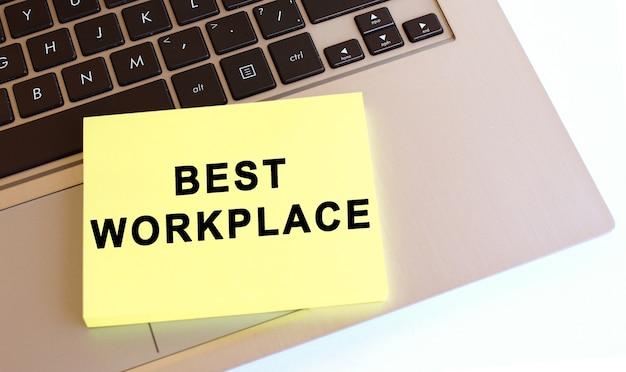 Notatnik z tekstem znajduje się na klawiaturze laptopa. minimalna przestrzeń do pracy. pomysł na biznes.