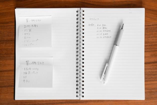 Notatnik z widokiem z góry z japońską wiadomością