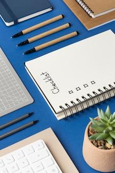 Notatnik z widokiem z góry z listą kontrolną na biurku