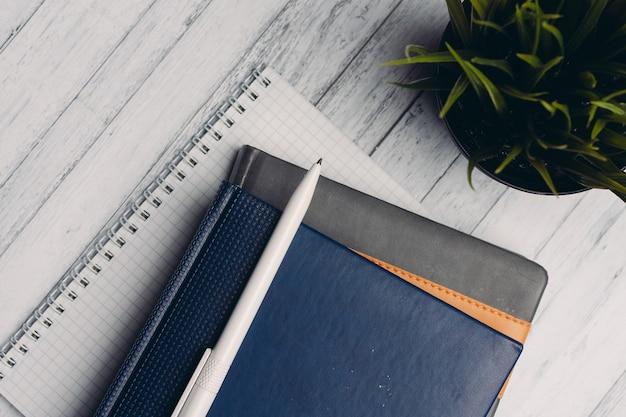 Notatniki dokumenty biurkowe obiekty biurowe z bliska pióra z góry