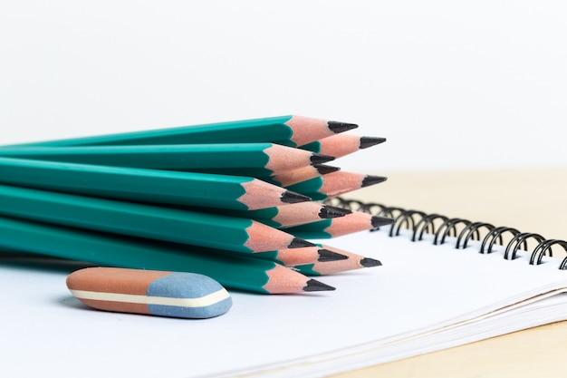 Notatniki i ołówek
