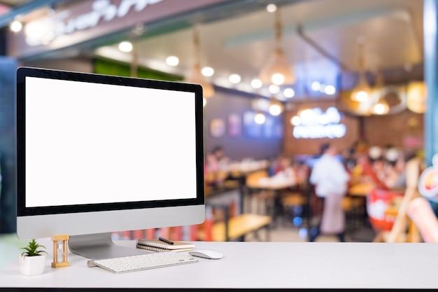 Notebook komputerowy i mysz z kawiarnią za kulisami kawiarnia blur